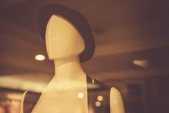 Πρότυπο λευκό κορίτσι που φορά ένα καπέλο σε ένα κατάστημα Στοκ φωτογραφία με δικαίωμα ελεύθερης χρήσης