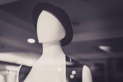 Πρότυπο λευκό κορίτσι που φορά ένα καπέλο σε ένα κατάστημα Στοκ εικόνα με δικαίωμα ελεύθερης χρήσης