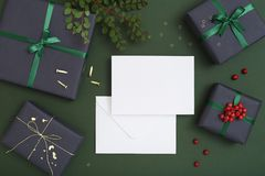Πρότυπο ευχετήριων καρτών Χριστουγέννων με το φάκελο Στοκ Φωτογραφία