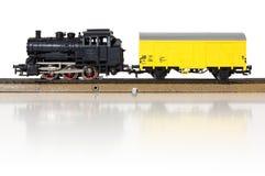 Πρότυπο ηλεκτρικό φορτηγό τρένο στις ράγες στοκ φωτογραφίες με δικαίωμα ελεύθερης χρήσης