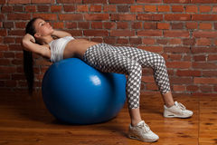 Πρότυπο ικανότητας που ασκεί με το fitball Στοκ φωτογραφία με δικαίωμα ελεύθερης χρήσης