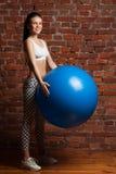 Πρότυπο ικανότητας που ασκεί με το fitball Στοκ Φωτογραφία