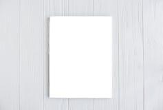Πρότυπο κάλυψης περιοδικών στον άσπρο ξύλινο πίνακα Στοκ Εικόνα