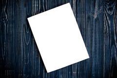 Πρότυπο κάλυψης περιοδικών στο μαύρο ξύλινο πίνακα Στοκ Φωτογραφία