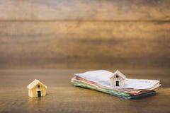 Πρότυπο και χρήματα σπιτιών στο ξύλινο υπόβαθρο Στοκ εικόνες με δικαίωμα ελεύθερης χρήσης