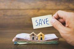 Πρότυπο και χρήματα σπιτιών στο ξύλινο υπόβαθρο Στοκ Εικόνες