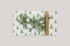 Πρότυπο κιβωτίων με το χριστουγεννιάτικο δέντρο Τυλιγμένο διακόσμηση δώρο με το σχοινί Στοκ Εικόνες