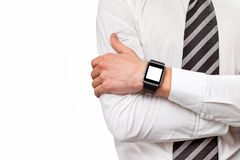 Πρότυπο κινηματογραφήσεων σε πρώτο πλάνο των διασχισμένων αρσενικών χεριών το έξυπνο ρολόι που απομονώνεται με Στοκ εικόνα με δικαίωμα ελεύθερης χρήσης