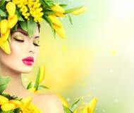 Πρότυπο κορίτσι άνοιξη ομορφιάς με το ύφος τρίχας λουλουδιών στοκ φωτογραφία