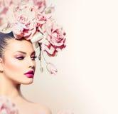 Πρότυπο κορίτσι με την τρίχα λουλουδιών Στοκ φωτογραφίες με δικαίωμα ελεύθερης χρήσης