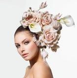Πρότυπο κορίτσι με την τρίχα λουλουδιών Στοκ Εικόνα