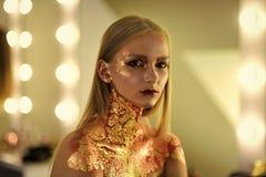 Πρότυπο κορίτσι μόδας ομορφιάς η μόδα κοιτάζει Η γυναίκα μόδας με την τέχνη αποτελεί, δημιουργικό bodyart Στοκ Φωτογραφία