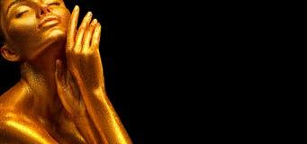 Πρότυπο κορίτσι μόδας στα ζωηρόχρωμα φωτεινά χρυσά σπινθηρίσματα στο σώμα της στα φω'τα νέου που θέτουν, κορίτσι με την πυράκτωση στοκ εικόνα