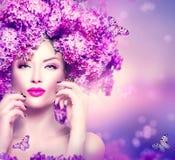 Πρότυπο κορίτσι μόδας με τα ιώδη λουλούδια hairstyle Στοκ φωτογραφία με δικαίωμα ελεύθερης χρήσης