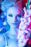 Πρότυπο κορίτσι μόδας ομορφιάς με τα λουλούδια στοκ εικόνες