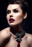 Πρότυπο κορίτσι μόδας ομορφιάς με την κοντή τρίχα πρότυπο πορτρέτο brunette Σύντομο κούρεμα Προκλητική γυναίκα Makeup και εξαρτήμ Στοκ Φωτογραφίες