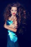 Πρότυπο κορίτσι μόδας ομορφιάς μόδας στο κομψό μπλε φόρεμα με το blowi Στοκ φωτογραφία με δικαίωμα ελεύθερης χρήσης