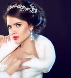 Πρότυπο κορίτσι μόδας ομορφιάς στο άσπρο παλτό γουνών βιζόν Όμορφο Luxu στοκ εικόνες