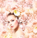 Πρότυπο κορίτσι ομορφιάς με τα λουλούδια Στοκ εικόνες με δικαίωμα ελεύθερης χρήσης