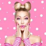 Πρότυπο κορίτσι ομορφιάς με το τόξο hairstyle Στοκ Εικόνες