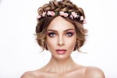 Πρότυπο κορίτσι ομορφιάς μόδας με την τρίχα λουλουδιών Νύφη Τέλειος δημιουργικός αποτελεί και ύφος τρίχας hairstyle στοκ εικόνες