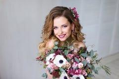 Πρότυπο κορίτσι ομορφιάς μόδας με την τρίχα λουλουδιών Στοκ εικόνα με δικαίωμα ελεύθερης χρήσης