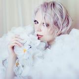 Πρότυπο κορίτσι ομορφιάς μόδας στα άσπρα τριαντάφυλλα Νύφη Τέλειος δημιουργικός αποτελεί και Hairstyle Στοκ φωτογραφία με δικαίωμα ελεύθερης χρήσης