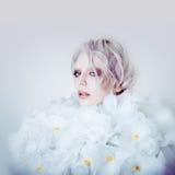 Πρότυπο κορίτσι ομορφιάς μόδας στα άσπρα τριαντάφυλλα Νύφη Τέλειος δημιουργικός αποτελεί και Hairstyle Στοκ Φωτογραφία