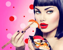 Πρότυπο κορίτσι ομορφιάς που τρώει τα σούσια nigiri Στοκ Εικόνες