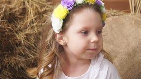 Πρότυπο κοριτσιών στο πλαίσιο των λουλουδιών άνοιξη απόθεμα βίντεο