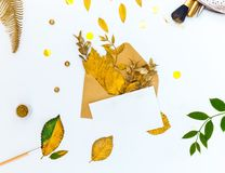 Πρότυπο με την επιστολή και τα χρυσά φύλλα στοκ φωτογραφία με δικαίωμα ελεύθερης χρήσης