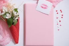 Πρότυπο με την κάρτα και jasmine στο ρόδινο υπόβαθρο η κάρτα ανθίζει το λευκό βάφλα για το παγωτό, χειλικό φιλί Στοκ φωτογραφίες με δικαίωμα ελεύθερης χρήσης