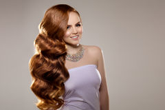 Πρότυπο με τη μακριά κόκκινη τρίχα Μπούκλες Hairstyle κυμάτων Γυναίκα ομορφιάς με τη μακριά υγιή και λαμπρή ομαλή μαύρη τρίχα Upd στοκ φωτογραφίες