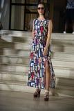 Πρότυπο με το μακρύ φόρεμα viscose φαντασίας στοκ φωτογραφία με δικαίωμα ελεύθερης χρήσης