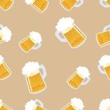 πρότυπο μπύρας άνευ ραφής Επανάληψη χέρι-σύροντας τα ζωηρόχρωμα ποτήρια της μπύρας διάνυσμα Στοκ εικόνα με δικαίωμα ελεύθερης χρήσης