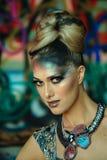 Πρότυπο μόδας γοητείας με τη φωτεινή σύνθεση και το δημιουργικό hairstyle Στοκ Φωτογραφία