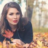 Πρότυπο μόδας γυναικών φθινοπώρου με τα φύλλα πτώσης Στοκ εικόνα με δικαίωμα ελεύθερης χρήσης