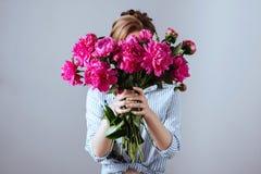 Πρότυπο μόδας με τα λουλούδια στοκ φωτογραφία με δικαίωμα ελεύθερης χρήσης