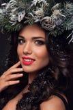 Πρότυπο μόδας ομορφιάς πέρα από τις διακοπές Όμορφο κορίτσι με το χειμερινό στεφάνι στοκ εικόνα με δικαίωμα ελεύθερης χρήσης