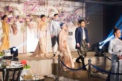 Πρότυπο μόδας στο ταϊλανδικό παραδοσιακό γαμήλιο φόρεμα κοστουμιών στοκ εικόνες