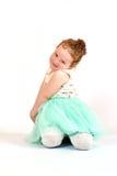 Πρότυπο μόδας μικρών κοριτσιών στο πράσινο φόρεμα Στοκ Φωτογραφίες