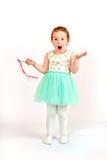 Πρότυπο μόδας μικρών κοριτσιών στο πράσινο φόρεμα Στοκ Εικόνες