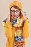 Πρότυπο μόδας που παρουσιάζει τα ενδύματα χειμερινής συλλογής Στοκ φωτογραφία με δικαίωμα ελεύθερης χρήσης