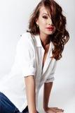 Πρότυπο μόδας σε μια μπλούζα και τα τζιν χωρίς παπούτσια Στοκ φωτογραφία με δικαίωμα ελεύθερης χρήσης