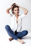 Πρότυπο μόδας σε μια μπλούζα και τα τζιν χωρίς παπούτσια Στοκ Εικόνες