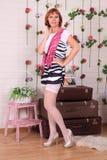 Πρότυπο μόδας στις γυναικείες κάλτσες που θέτουν στο στούντιο στοκ εικόνες
