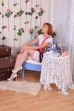 Πρότυπο μόδας στις γυναικείες κάλτσες που θέτουν στο στούντιο στοκ φωτογραφία