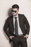 Πρότυπο μόδας στο κοστούμι και δεσμός που φαίνεται δροσερός Στοκ Εικόνες