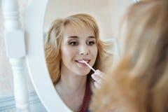 Πρότυπο να ισχύσει αποτελεί και απεικονίζοντας στον καθρέφτη Στοκ φωτογραφία με δικαίωμα ελεύθερης χρήσης