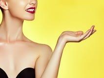Πρότυπο ομορφιάς με το τέλειο δέρμα Όμορφο κορίτσι brunette Στοκ Εικόνες